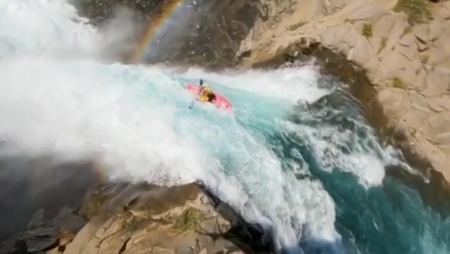 Dane Jackson, un kayakista de aguas bravas estadounidense, ha logrado descender por el Salto del Maule, de unos 40 metros de altura, en Chile. Las imágenes que publicó en su Instagram cortan la respiración.