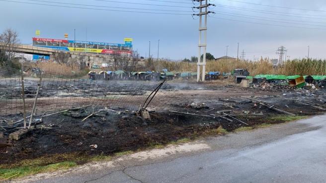 Efectivos de Bomberos sofocan el incendio declarado en la campa de contenedores de la empresa FCC.