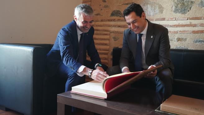 El alcalde de Órgiva, Raúl Orellana, y el presidente de la Junta, Juanma Moreno
