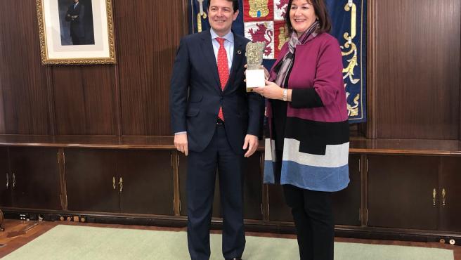 El presidente de la Junta de Castilla y León, Alfonso Fernández Mañueco, recibe a la vicepresidenta de la Comisión Europea para Democracia y Demografía, Dubravka Suica.