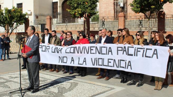 Imagen de la concentración en Pinos Puente en contra de la violencia