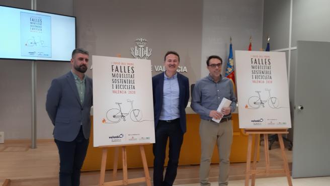 Los concejales de Movilidad Sostenible y Cultura Festiva en València, Giuseppe Grezzi y Pere Fuset, respectivamente, presentan los 'Premios Fallas 2020. Movilidad Sostenible y Bicicleta' junto a Alberto Carrillo, representante de la empresa Valenbisi.