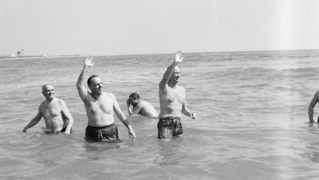 Manuel Fraga en la playa de Palomares (Almería)