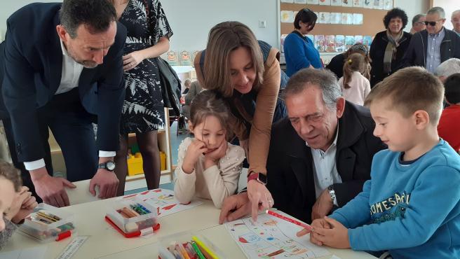 Miguel Soler, sentado en una mesa conversa con niños del CEIP Els Garrofers.