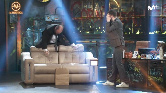 Ignatius Farray acuchilla el sofá que regaló Parejo a 'La Resistencia'.