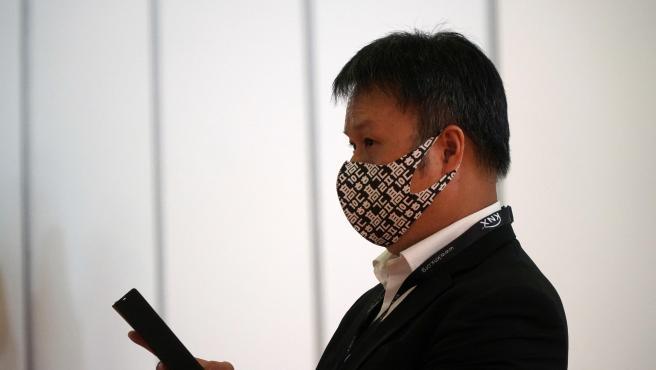 Un trabajador asiático, durante el ISE 2020.