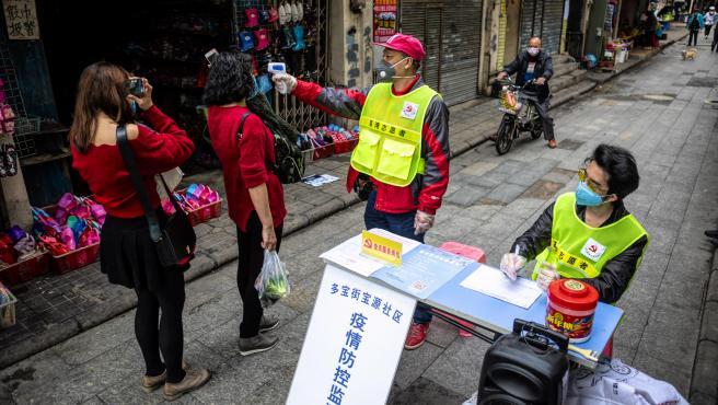 Control de la temperatura corporal en una calle de Cantón, al sur de China.