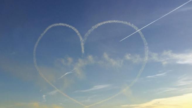 Corazón dibujado en el cielo por la Patrulla Águila por San Valentín.