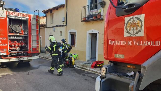 Efectivos de Bomberos intervienen en el incendio de una vivienda en Medina de Rioseco.
