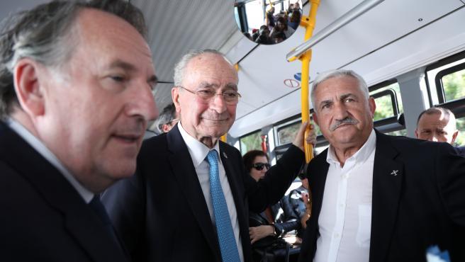 El alcalde, Francisco de la Torre, en el autobús de la nueva línea circular C8 de Churriana junto al edil de Movilidad, José del Río, y el director general de la EMT, Miguel Ruiz.