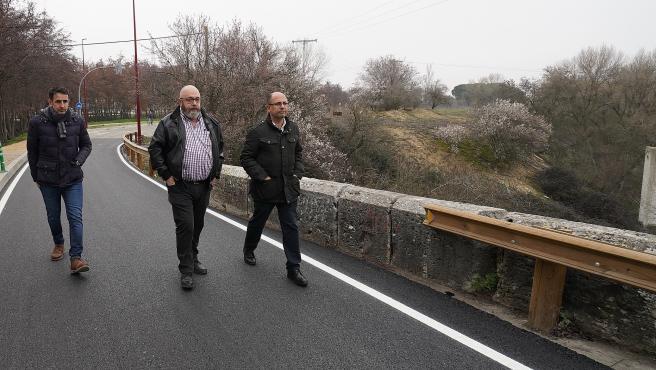 El concejal de Movilidad y Espacio Urbano, Luis Vélez (derecha), visita la carretera de acceso a la Overuela.