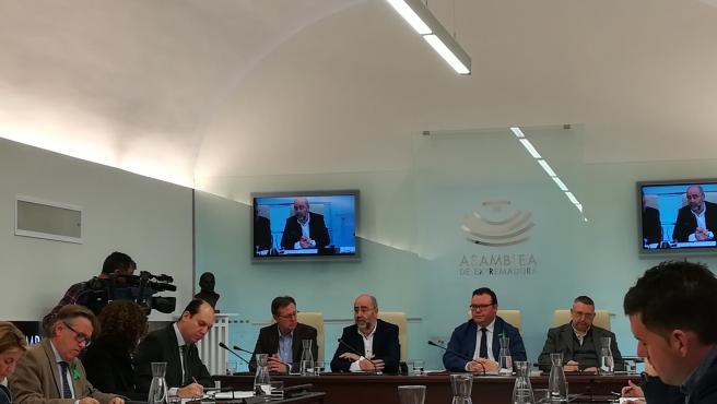 El secretario general de Presupuestos y Financiación de la Junta, Isidoro Novas, responde al 'popular' Luis Alfonso Hernández Carrón en la Asamblea a una pregunta sobre déficit autonómico en 2019