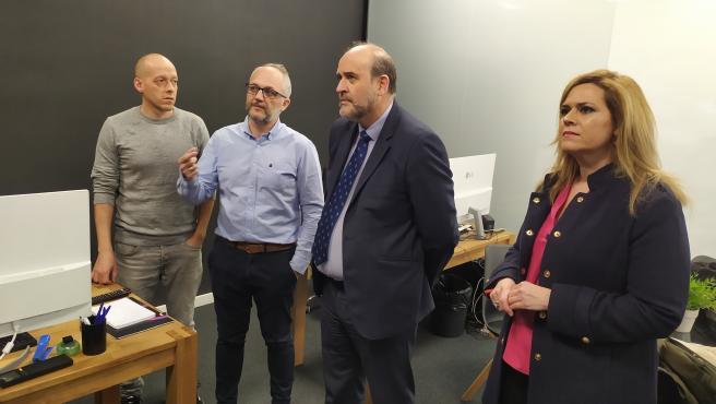 El vicepresidente de C-LM, José Luis Martínez Guijarro, en su visita a la empresa Vsion Studio de Cuenca