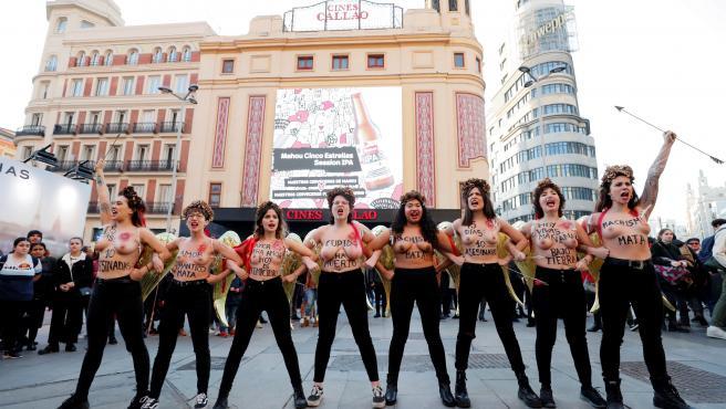 Activistas de Femen, contra el amor romántico en la plaza de Callao.