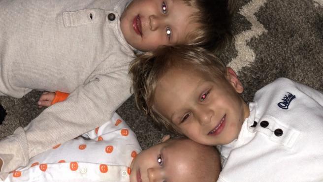 Tristen, Caison y Carter, tres hermanos de Atlanta con el mismo tipo de cáncer infantil poco frecuente.