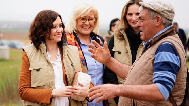 La presidenta Isabel Díaz Ayuso, la consejera de Medio Ambiente, Paloma Martín (d) y la alcaldesa de Villamanrique de Tajo, Antonia Ayuso, junto a un pastor de la localidad.