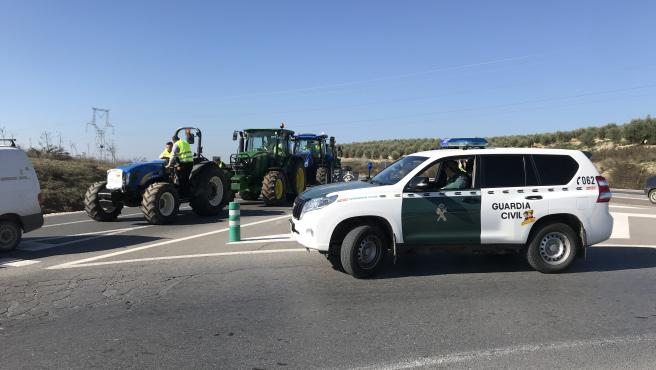 La tractorada, bajo control de la Guardia Civil, se ha desarrollado sin incidentes.