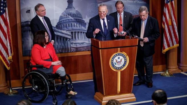 El líder de la minoría demócrata en el Senado de EE UU, Chuck Schumer, presenta junto a otros senadores demócratas un proyecto de ley que limita el poder del presidente, Donald Trump, para ordenar ataques militares contra Irán.