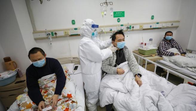 Un médico atiende a varios pacientes afectados por el coronavirus COVID-19 en un hospital de Wuhan, en la provincia china de Hubei.