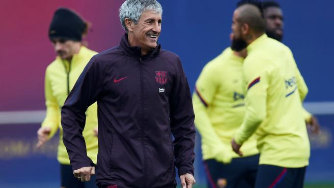 Quique Setién, durante un entrenamiento del Barcelona