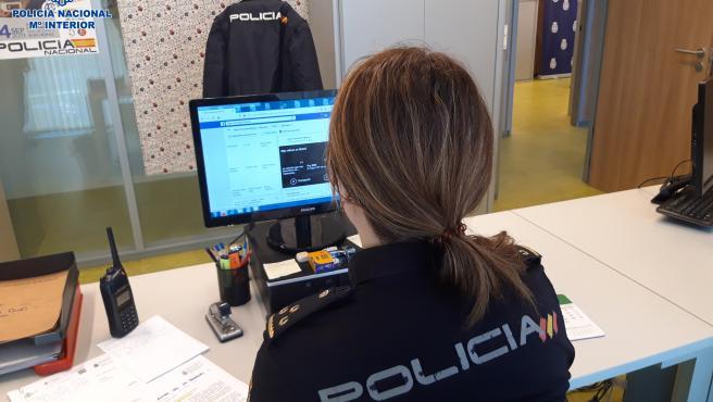 Una policía frente a un ordenador.
