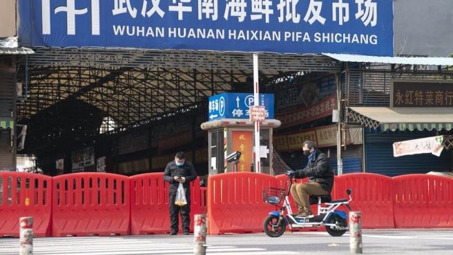 Entrada del mercado de mariscos Huanan en Wuhan.