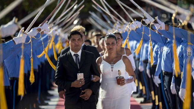 Varias parejas participan en una boda masiva como parte de la celebración del Día de San Valentín en Managua, Nicaragua.