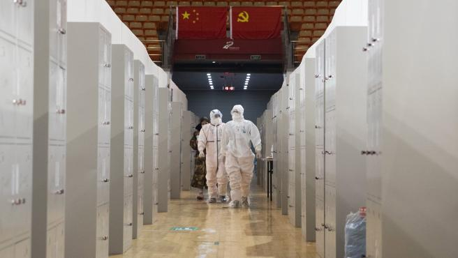 Personal médico realiza controles en pacientes en el hospital Wuhan Fangcang, un centro improvisado para tratar a pacientes con coronavirus en la ciudad china de Wuhan.