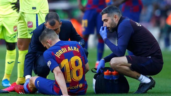 Jordi Alba es atendido por los servicios médicos del Barça.