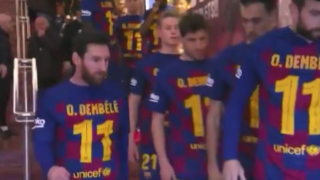 Los jugadores del Barça saltan al campo con camisetas de Dembélé