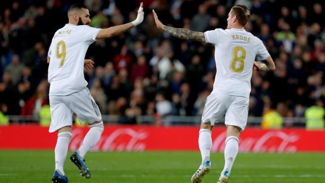 Benzema y Kroos celebran un gol