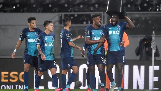 Marega celebra su gol con el asiento que le lanzaron