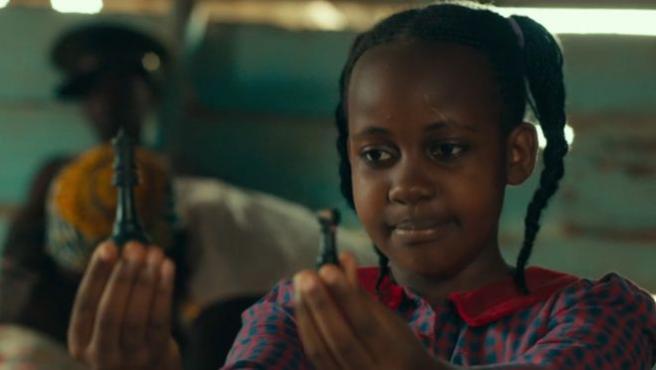 La acrtiz Nikita Pearl Waligwa, en una escena de la película 'La reina de Katwe'.