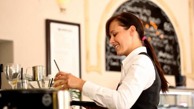 Una mujer trabajando en la hostelería.