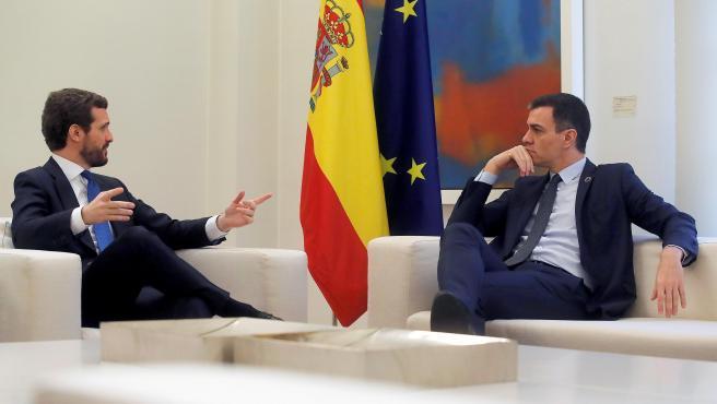 El presidente del Gobierno, Pedro Sánchez, y el líder del Partido Popular, Pablo Casado, se han reunido este mediodía en el Palacio de la Moncloa. Está previsto que ambos traten sobre la situación catalana, la economía y una renovación de algunos órganos.