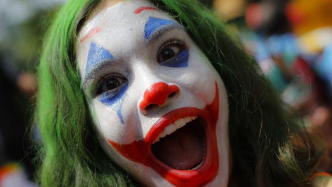 Una niña disfrazada de Joker participa este domingo de la comparsa callejera para niños Gigantes da Lira, que celebra por adelantado la fiesta de carnaval.