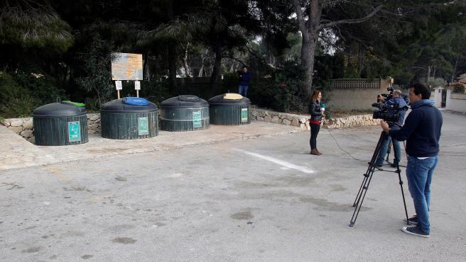 Los contenedores de basura en los que ha sido hallado el cadáver en Moraira (Alicante).
