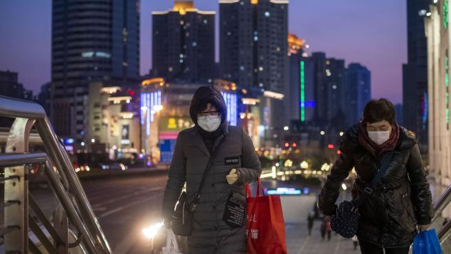 Mujeres con mascarillas en Shanghái.