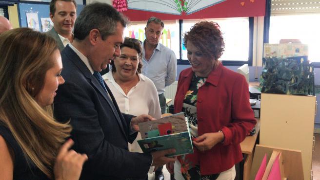El alcalde de Sevilla, Juan Espadas, junto a la concejal Adela Castaño, en un colegio