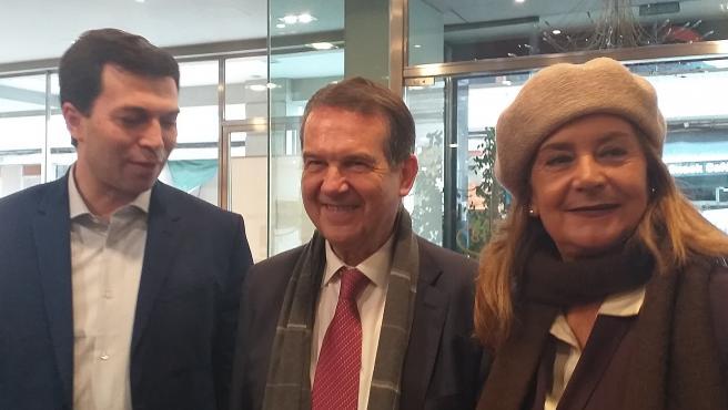 El candidato del PSdeG a la presidencia de la Xunta, Gonzalo Caballero, junto al alcalde de Vigo, Abel Caballero, y la presidenta de la Diputación de Pontevedra, Carmela Silva.
