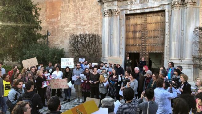 Imagen de la concentración a las puertas del Hospital Real