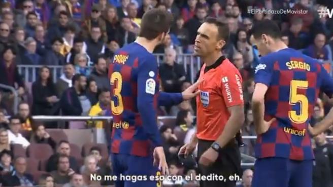 Piqué y el árbitro Cuadra Fernández, durante el Barcelona-Getafe.