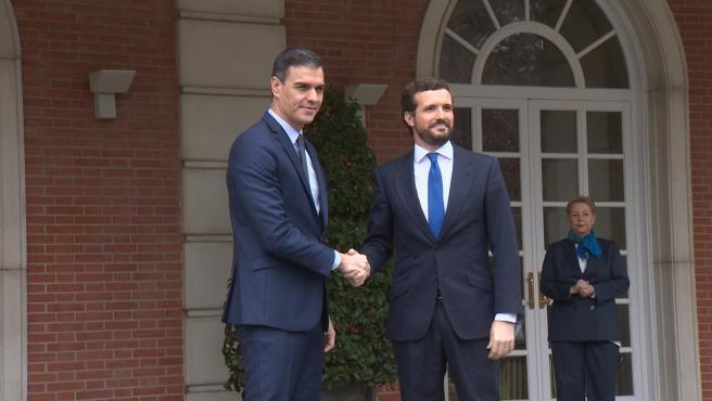 Sánchez y Casado se reúnen en el Palacio de la Moncloa