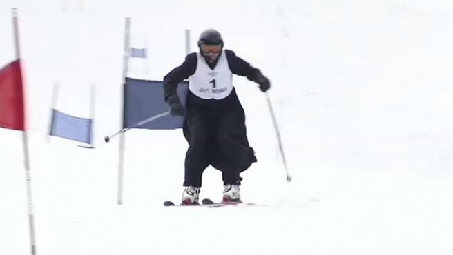 Las pistas de esquí de Wisla, en Polonia, han acogido un campeonato que organizan y participan los propios sacerdotes de la ciudad en memoria del papa Juan Pablo II. Luciendo sus tradicionales sotanas, los participantes se han puestos sus esquís para atravesar, ladera abajo, las nevadas montañas.