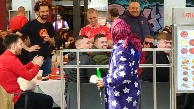Vacile de hinchas del Liverpool a mujer rumana en la Plaza Mayor de Madrid