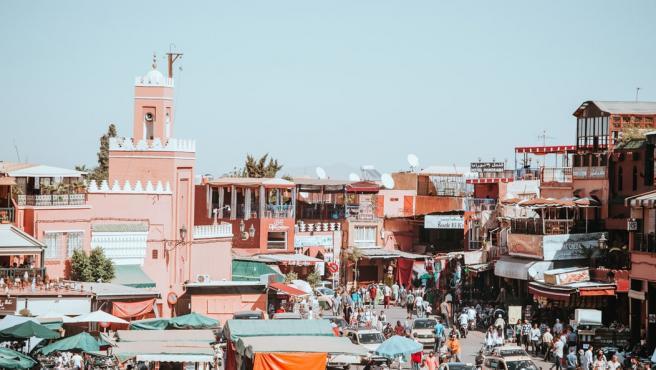 Los zocos, el caos, sus festivales y tradiciones hacen de Marrakech una visita oligada