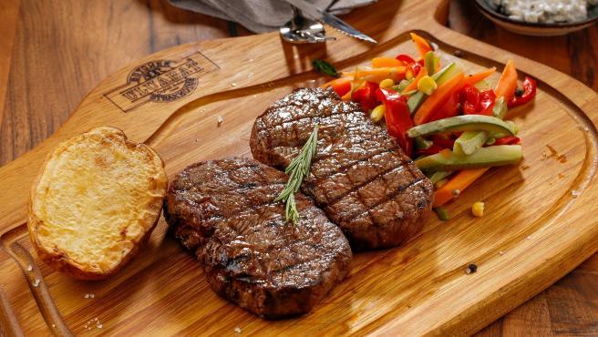 Otro alimentación que no tiene ninguna complicación y que tiene varias ventajas el prepararlo en casa. La principal es que tú puedes ir vigilando el punto de la carne para que esté óptimo. Además, te saldrá más barato.