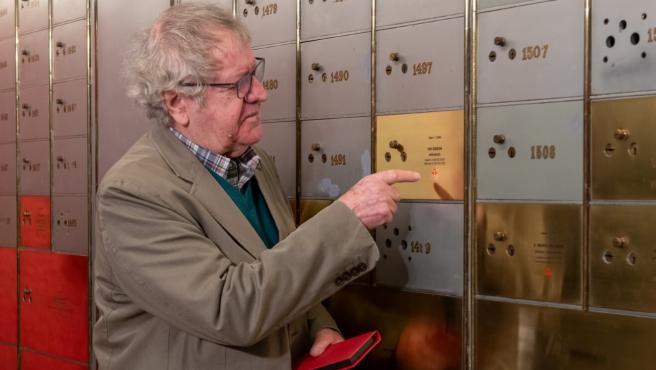 Ian Gibson deposita su legado en la Caja de las Letras del Instituto Cervantes.