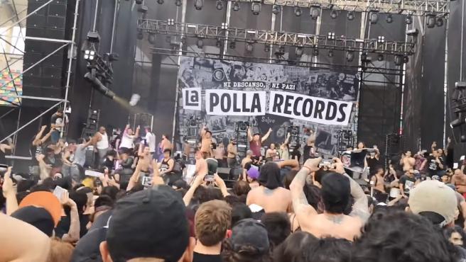 Momento en el que se invade el escenario durante el concierto de La Polla Records
