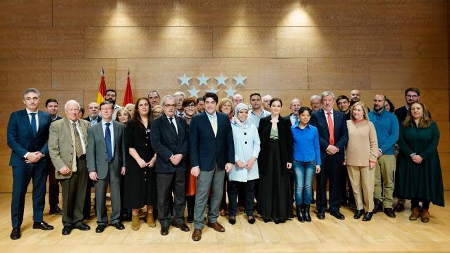 La presidenta de la Comunidad de Madrid, Isabel Díaz Ayuso, y el consejero de Vivienda, David Pérez, con Loubna, Fanny y miembros y voluntarios de Cáritas Diocesana en Madrid.